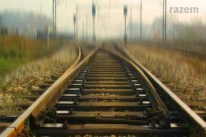 Obrazek przedstawiający puste tory kolejowe. W tle rozmazany horyzont.