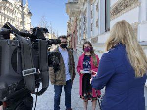 Czy mieszkańcy mają kontakt z radnymi? Fotografia z konferencji prasowej na ulicy Piotrkowskiej w Łodzi. W centralnym kadrze widać: Henryk Wójtowicz i Paulina Matysiak. Na pierwszym planie widać kamerę (z lewej strony) a z prawej redaktor z mikrofonem.